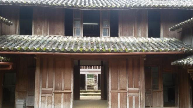 Nhung bi mat ve dinh thu 150 ty cua vua Meo hinh anh 7  Sàn gỗ tại gian nhà này là nơi xét xử của vua Mèo. Ảnh: Vân Ảnh.