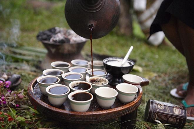 Tiệc cà phê của người Ethiopia – Ethiopia: Nếu bạn được mời tới dự tiệc cà phê của người Ethiopia thì đó là một may mắn lớn. Cốc chén sẽ được đặt trên cỏ thơm, hạt cà phê được rang tay và giã bằng cối. Bột cà phê được chế thêm nước trong một ấm màu đen truyền thống có tên Jebena và được đun trên bếp. Khi hỗn hợp bắt đầu bốc hơi, cà phê được rót ra. Theo truyền thống, cà phê Ethiopia được dùng với đường hoặc muối và vài món ăn nhẹ. Hãy nhớ, theo phép lịch sự, bạn sẽ phải ở lại và uống ít nhất 3 cốc, vì cốc thứ 3 được coi là một lời chúc phúc.