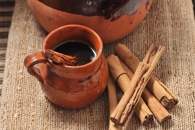 Cà phê Olla — Mexico: Thơm mùi quế và Piloncillo (một loại đường mía chưa được tinh luyện có mùi như mật), cốc cà phê Olla có mùi vị vô cùng ngọt ngào và ấm áp. Món đồ uống này được phục vụ trong các cốc gốm đỏ tại các quán cà phê trên khắp Mexico.
