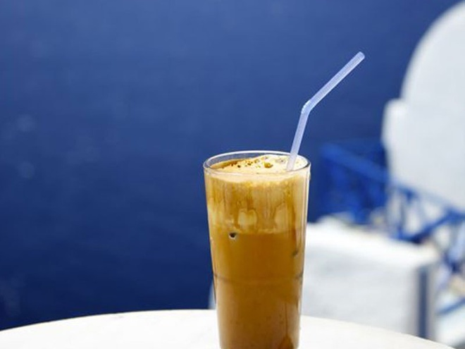 Cà phê Frappe – Hy Lạp: Món cà phê độc đáo của Hy Lạp này được pha trộn từ cà phê hòa tan, đường và nước, đôi khi có thêm chút sữa đặc. Bạn có thể thưởng thức món đồ uống nổi tiếng này ở các bãi biển hoặc các quán cà phê ở Cyprus, nhất là vào mùa hè. Loại cà phê này có nhiều mức ngọt khác nhau: glykós (nghĩa là