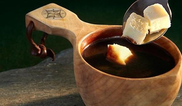 Cà phê phô mai Kaffeost – Phần Lan và Thụy Điển: Phô mai Phần Lan được dùng trong cà phê Kaffeost, một món đồ uống nóng ở Bắc Phần Lan và Thụy Điển. Khi nhúng một miếng phô mai vào cốc cà phê đen, cà phê sẽ có vị bơ nhè nhẹ và miếng bơ sẽ có mùi cà phê thơm phức. Bạn có thể thưởng thức Kaffeost khi chiêm ngưỡng khung cảnh lộng lẫy của vùng biên giới Thụy Điển – Phần Lan. Ảnh: Swedentravelandtourism