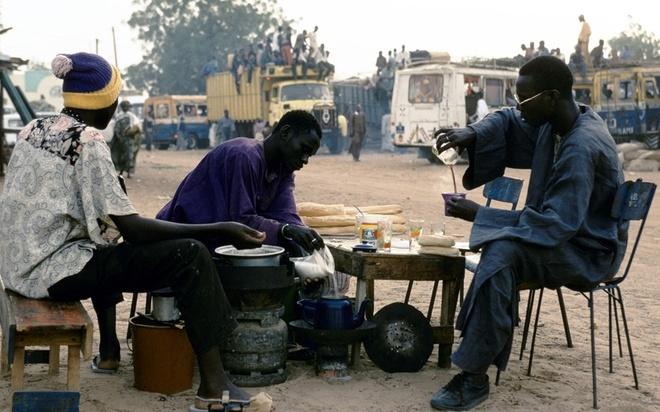 Cà phê Touba — Senegal: Cà phê Touba rất phổ biến ở thủ đô Dakar của Senegal. Món cà phê này được cho thêm tiêu Guinea, một loại gia vị Tây Phi có mùi như bạch đậu khấu. Cà phê Toube còn được cho thêm rất nhiều đường, khiến món đồ uống ngọt ngào và thơm phức này đánh thức giác quan của mọi du khách.