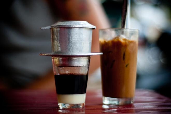 Cà phê sữa đá – Việt Nam: Món đồ uống phổ biến tại Việt Nam này có mặt ở nhiều nơi trên thế giới, nhưng đây là món bạn không nên bỏ qua khi tới quốc gia này. Cà phê rang xay được cho vào dụng cụ pha chế truyền thống của Việt Nam – phin cà phê, sau đó nước cà phê được cho thêm sữa và đá, tạo ra hương vị đậm đà, ngon tuyệt và mới lạ. Món đồ uống này được phục vụ tại hầu hết các hàng cà phê ở Sài Gòn. Ảnh: See-Vietnam