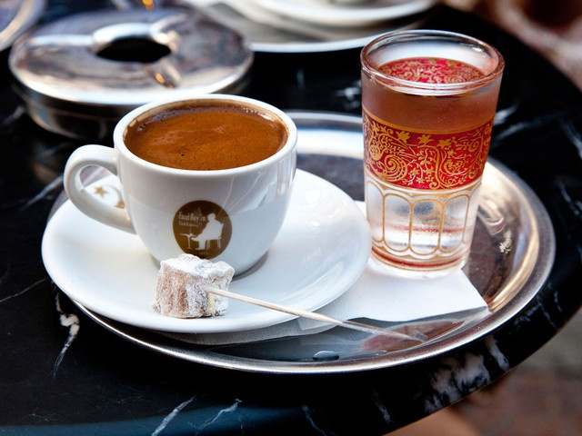 Cà phê Turk Kahvesi — Thổ Nhĩ Kỳ: Món cà phê truyền thống của Thổ Nhĩ Kỳ được pha chế từ cà phê rang xay và đường, đôi khi thêm chút hương liệu. Hỗn hợp dược đun sôi trong ấm trước khi rót vào các cốc nhỏ có trang trí họa tiết độc đáo. Cách pha cà phê này rất phổ biến ở Thổ Nhĩ Kỳ và các quốc gia Trung Đông.