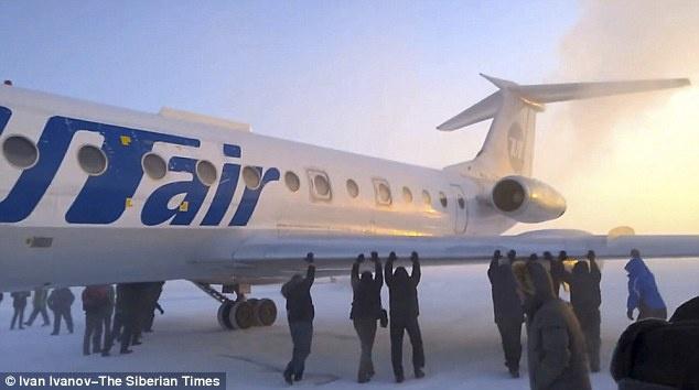 Các hành khách trên một máy bay của Nga phải xuống giữa trời -52C để đẩy chiếc máy bay nặng 30 tấn khi phanh của nó đóng băng do nhiệt độ quá thấp.