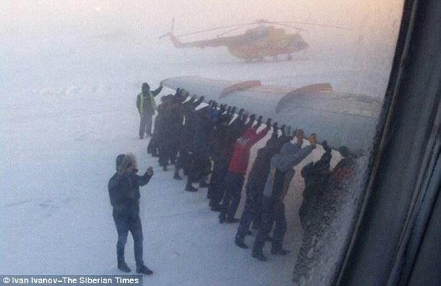 Một đoạn phim cho thấy họ đã di chuyển thành công chiếc máy bay, sau đó nó đã bay tới Krasnoyarsk an toàn.