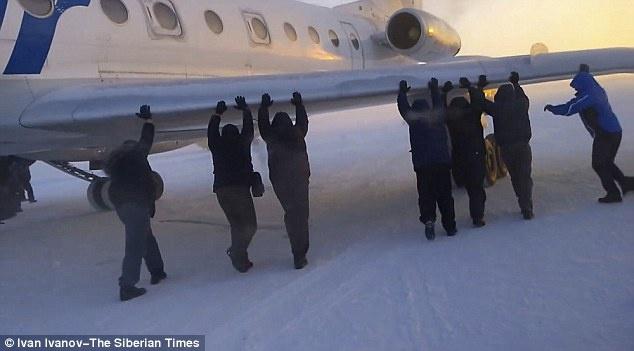 Nỗ lực của các hành khách đã giúp chiếc máy bay có thể cất cánh và tới đích an toàn.