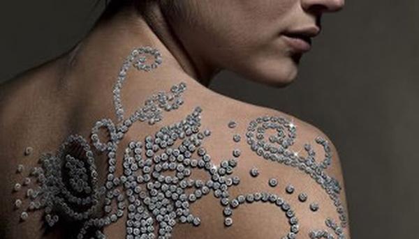 8. Hình xăm tạm thời với 612 viên kim cương: Hiện nay, việc xăm người khá phổ biến. Shimansky , một công ty Nam Phi, đã đưa ra gói xăm hình đắt nhất thế giới. Hình xăm giá <abbr class=