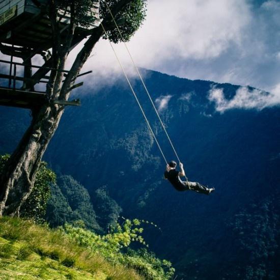 """Thot tim chiec xich du 'Tan cung the gioi' treo tren vuc nui hinh anh 1 Chiếc xích đu không dành cho người yếu tim, nó có tên là chiếc xích đu """"Tận cùng thế giới"""". Đây cũng là địa điểm ưa thích của những người thích du lịch mạo hiểm tại Ecuador. Ai có thể đánh đu trên vực núi sâu mà không dùng bất cứ biện pháp bảo vệ nào đều có thể thử."""