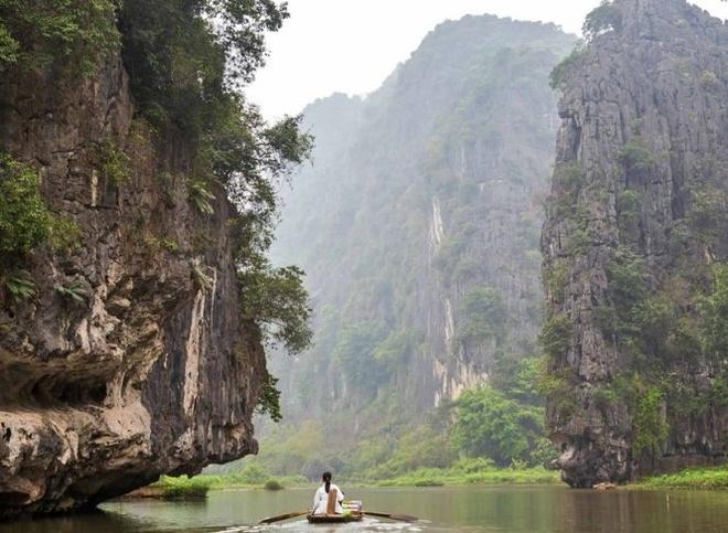 Phieu du di san the gioi Trang An tren bao Anh hinh anh 1 Du ngoạn sông Ngô Đồng, Tam Cốc - Ảnh: Claire Boobbyer/independent.co.uk
