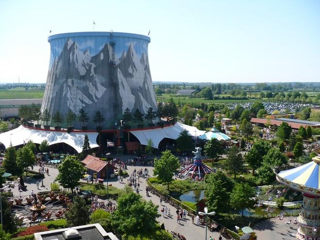 1. Wunderland Kalkar, Đức: Năm 1973, một nhà máy điện hạt nhân bắt đầu được xây dựng ở ngoại ô Dusseldorf nhưng không được thông báo rộng rãi do một số vấn đề và vấp phải sự phản đối. Nhà máy đã bắt đầu hoạt động được khoảng 1 năm nhưng các nguyên liệu hạt nhân chưa được chuyển tới, và sau thảm họa Chernobyl năm 1986, dự án bị đình chỉ hoàn toàn. Khu đất dược bán cho một doanh nhân Hà Lan vào năm 1991. Ông đã biến nhà máy thành một công viên giải trí với hơn 40 tuyến tàu lượn siêu tốc, trong đó có một xích đu và tường leo núi trên tháp làm lạnh.