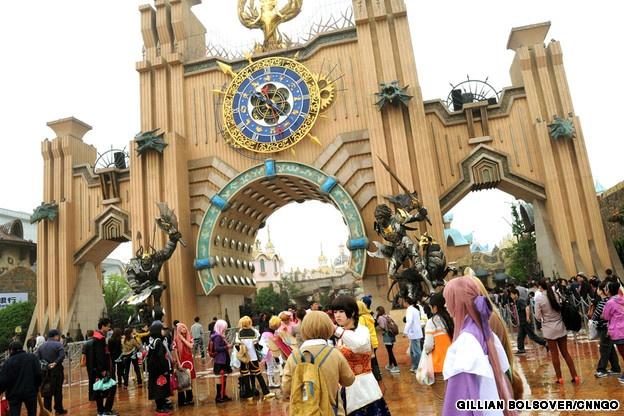 """4. World Joyland, Trung Quốc: Đây là một trong những công viên giải trí nổi tiếng nhất Trung Quốc với chủ đề mô phỏng trò World of Warcraft hay Starcraft, nơi những """"cosplayer"""" (người thích đóng giả các nhân vật trong truyện tranh, phim ảnh và trò chơi điện tử) tới biểu diễn sự sáng tạo của mình trước du khách. Một điểm hút khách ở đây là quán mì có linh vật là một chú gấu trúc biết Kung Fu."""