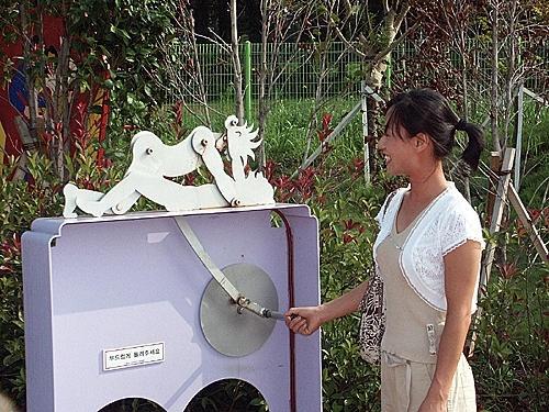 5. Công viên giới tính Love Land, Hàn Quốc: Đảo Jeju là một trong những địa điểm trăng mật nổi tiếng tại Hàn Quốc. Năm 2004, công viên Love Land được mở cửa với tư cánh là một công viên giáo dục giới tính, trong đó có các bức tượng, phim và các triển lãm xoay quanh hoạt động tình dục. Chỉ du khách từ 18 tuổi trở lên mới được phép vào công viên này.