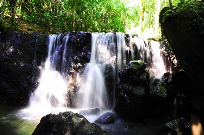 Suối Tranh như dải tóc dài trắng xóa tại núi rừng của đảo.