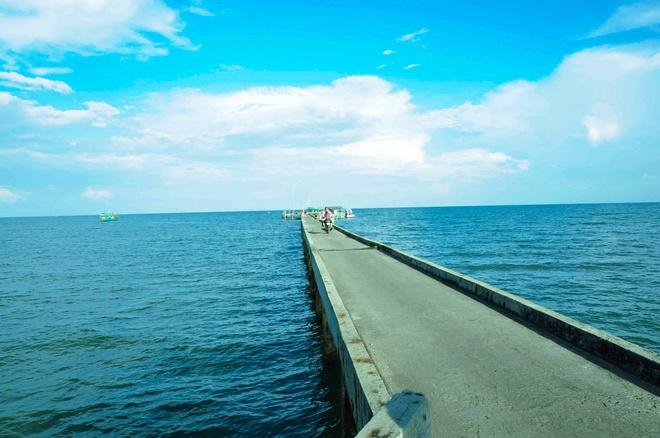 Bến tàu Hàm Ninh là nơi tập trung tàu cá sau khi đánh bắt ngoài khơi về.
