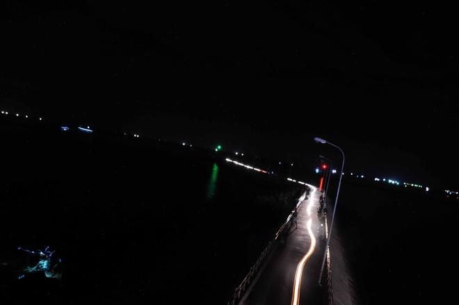 Đêm Phú Quốc thơ mộng nhìn tàu câu mực ngoài khơi với ánh đèn lung linh sắc màu