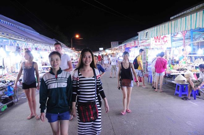 Mọi người dạo bước và tham quan Chợ Đêm Dinh Cậu với nụ cười trên môi.