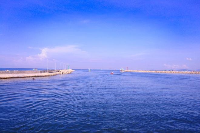 Đây là cửa biển An Thới  nơi mà tàu cá và tàu từ đất liền tới lui.