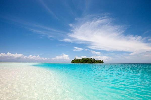 6. Hòn đảo thần bí Palmyra, Mỹ: Nằm ở khoảng giữa Hawaii và Samoa, đảo Palmyra không có người sinh sống, thực chất đây là một đảo vòng san hô với nước biển trong vắt và hệ động vật đa dạng. Từ lâu hòn đảo đã bị đồn đại là có những sự kiện siêu nhiên, những bí ẩn không lời giải đáp. Những người từng tới đây đều khẳng định họ cảm thấy bất an hay thấy ánh sáng và rạn san hô đột ngột xuất hiện một cách kỳ bí. Ngoài ra, một cặp đôi đã bị sát hại một cách bí ẩn khi tới cắm trại trên hòn đảo này.