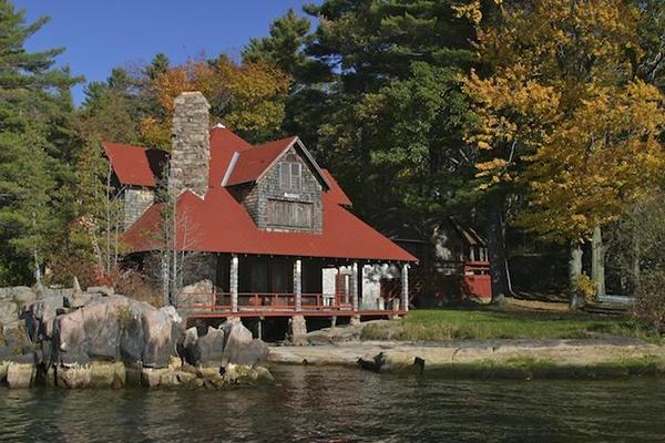 9. Đảo Deer, New York, Mỹ: Đây là một trong những hòn đảo nằm trên sông Saint Lawrence, thị trấn Alexandria, New York. Đây cũng là nơi nghỉ dưỡng bí mật của hội kín Skull and Bones với các thành viên đều là những người giàu có, quyền cao chức trọng. Các thành viên không tiết lộ gì về hòn đảo này, và những gì trên đó tới giờ vẫn là một bí mật.