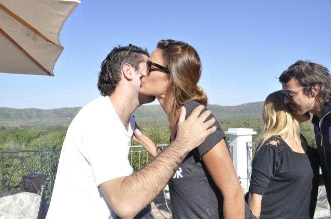 Hôn lúc gặp nhau và tạm biệt: Người Argentina dành thời gian để hôn lên má nhau lúc chào hỏi và tạm biệt, kể cả đàn ông hay phụ nữ. Việc chỉ vẫy tay chào tạm biệt sẽ khiến bạn bị coi là người lạnh lùng và bất lịch sự.