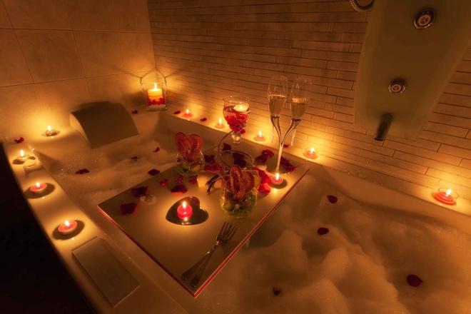 Khách sạn tình yêu khá phổ biến: Phần lớn mọi người sống cùng gia đình cho tới khi 30 tuổi hoặc kết hôn nên các khách sạn tình yêu khá phổ biến. Bạn có thể thấy những khách sạn kiểu truyền thống hoặc những khách sạn phá cách với bồn tắm nóng và tường lắp gương.