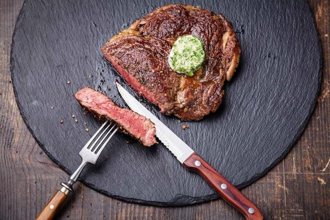 """Thực đơn thế nào, thức ăn thế đó: Nếu trên thực đơn ghi """"salad cà rốt"""" và nguyên liệu duy nhất được liệt kê thì bạn sẽ có một bát cà rốt thái nhỏ. Đừng hi vọng sẽ có thêm nguyên liệu khác trong món bạn gọi. Ví dụ bạn gọi thịt bò thì sẽ chỉ có nguyên thịt bò trên đĩa, các món ăn kèm phải gọi riêng. Và ở đây mọi người cũng không có thói quen gói đồ thừa mang về, bạn chỉ nên gọi vừa đủ ăn thôi."""