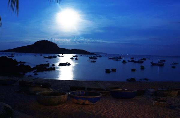 Kham pha ve dep me hoac cua Bai Xep - Genh Rang hinh anh 8 Những ngày rằm, ánh trăng treo trên cao tỏa xuống mặt biển thứ ánh sáng bàng bạc ảo diệu