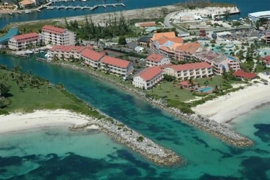 2. West End, Grand Bahamas: Nơi này nổi tiếng là có nhiều loài cá mập: cá mập hổ, cá mập đầu búa, cá mập vây đen và cá mập bò. Tuy chưa có vụ cá mập tấn công gây chết người nào ở khu vực này, nhưng Bahamas nổi tiếng là nơi diễn ra nhiều vụ.