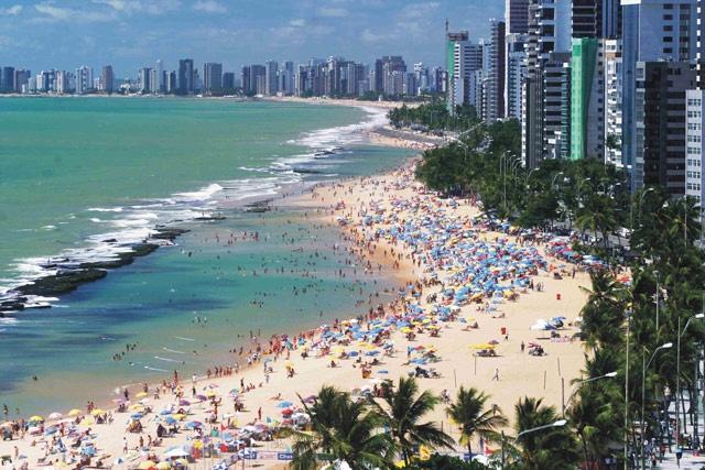 6. Recife, Brazil: Bãi biển Recife là một nơi nghỉ dưỡng lý tưởng: ánh nắng cha hòa, gió mát rượi. Nhưng tại đây đã diễn ra hơn 50 vụ cá mập tấn công và không ít người trong số đó đã mất mạng. Cứ 3 vụ cá mập tấn công thì có một người không qua khỏi, điều đó khiến Recife trở thành một trong những bãi biển nguy hiểm nhất thế giới. Tại đây có loài cá mập bò vô cùng hung dữ.