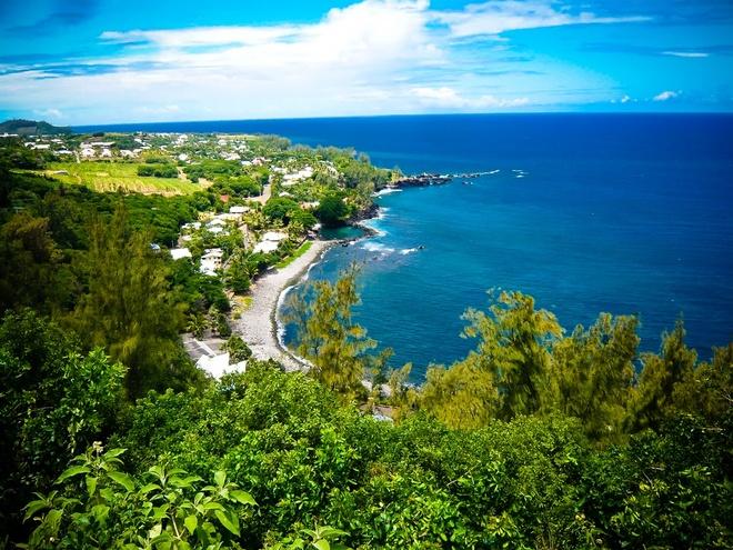 3. Đảo Reunion: Đảo Reunion là một trong những nơi xảy ra nhiều vụ cá mập tấn công trên thế giới. Với hơn 24 vụ tấn công được ghi nhận từ năm 1980, đảo Reunion có nhiều cá mập bò và cá mập hổ ẩn mình trong làn nước trong xanh. Đây là những loài cá mập hung dữ và thường tấn công con người.