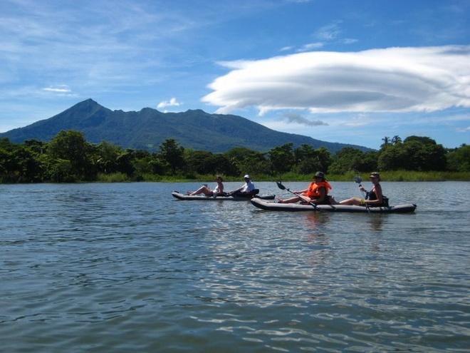 5. Hồ Nicaragua, Nicaragua: Hồ Nicaragua là một trong những hồ nước lớn nhất Trung Mỹ và nơi này không an toàn chút nào. Tại đây có cá mập bò sinh sống. Trước kia, người ta cho rằng chúng mắc kẹt trong hồ nước ngọt này, nhưng các nhà khoa học phát hiện ra chúng có thể bơi sang sông San Juan. Do đó, tốt nhất là bạn đứng nên xuống bơi ở hồ nước tuyệt đẹp này.