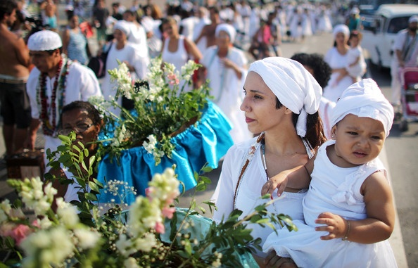 Nhung cach cau may nam moi doc nhat the gioi hinh anh 8 Brazil: Người Brazil có truyền thống mặc đồ màu trắng để đem lại may mắn trong năm mới. Sau đó họ thường ra bãi biển tung hoa xuống nước trong lúc ước một điều gì đó.