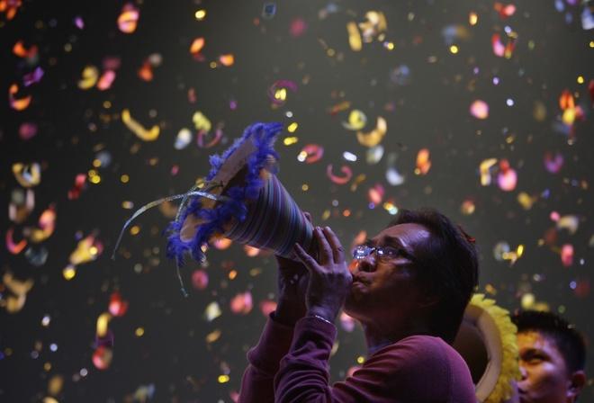 Nhung cach cau may nam moi doc nhat the gioi hinh anh 3 Philippines: Người dân Philippine có cả chục phong tục nhằm đem lại may mắn cho năm mới. Một trong số đó là mở cửa ra vào và cửa sổ trong đêm giao thừa để xả hết những năng lượng tiêu cực và đón khí tốt vào nhà.