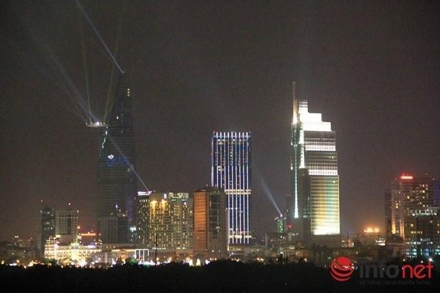 Nhung khoanh khac don chao nam moi 2015 an tuong nhat hinh anh 3 Trình diễn pháo hoa kết hợp ánh sáng ở tòa nhà cao nhất TP.HCM, Việt Nam