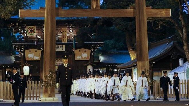 Nhung khoanh khac don chao nam moi 2015 an tuong nhat hinh anh 5 Hình ảnh khá ấn tượng không khí chuẩn bị đón năm mới tại ngôi đền Meiji, Nhật Bản. Nguồn: EPA