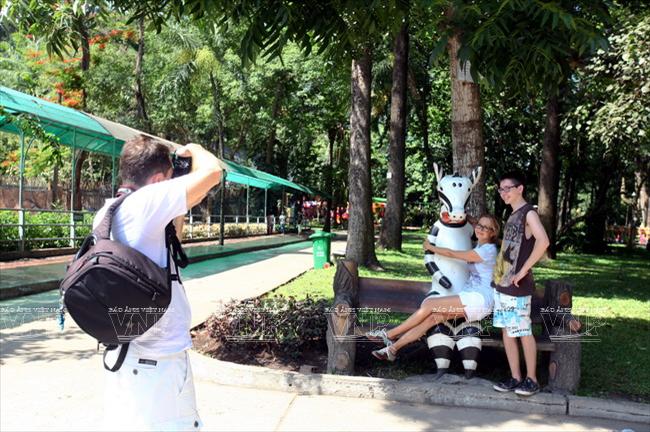 Toi tham mot trong 8 so thu lau doi nhat the gioi o Viet Nam hinh anh 2 Du khách nước ngoài chụp hình ghi lại khoảnh khắc trong Thảo Cầm viên Sài Gòn.