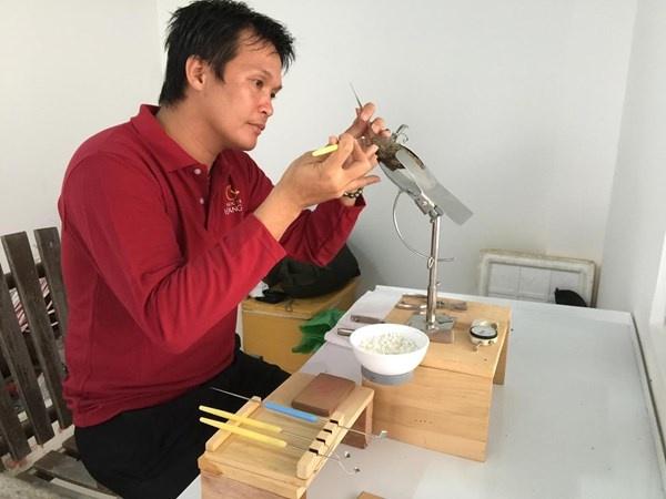 Tour lan bien kham pha nghe nuoi trai lay ngoc hinh anh 6 Nghệ nhân Hồ Thanh Tuấn đang tiến hành cấy nhân vào những con trai đủ tuổi trưởng thành để tạo ngọc