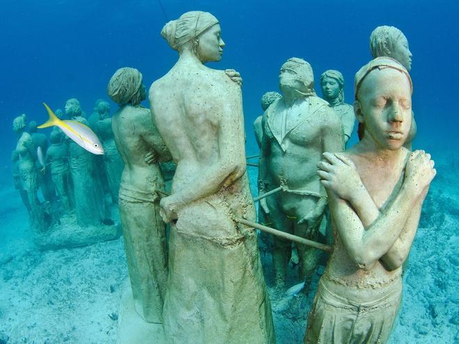 10 diem du lich tuyet nhat hanh tinh nam duoi long bien hinh anh 3 3. Bảo tàng Museo Subacuático de Arte, Cancún, Mexico: Bảo tàng dưới nước đặc biệt này nằm giữa Cancún và đảo Mujeres với hơn 400 bức tượng bằng kích cỡ người thật được đặt dưới đáy biển. Chúng được thiết kế để làm nơi sinh trưởng cho san hô và các loài thủy sinh. Các du khách sẽ tới bảo tàng bằng tàu và sau đó lặn xuống tham quan các bức tượng với chủ đề phong phú, từ một nhóm người tới một chiếc Volkswagen phủ đầy rong biển.