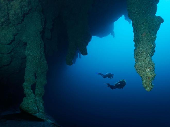 10 diem du lich tuyet nhat hanh tinh nam duoi long bien hinh anh 7 7. Hố Great Blue, Belize: Nằm cách bờ Belize gần 100km, rạn Lighthouse có những cụm san hô tuyệt đẹp và làn nước xanh biếc. Tại đây có hố Great Blue nổi tiếng sâu hơn 120m và rộng hơn 300m, một hố sụt hoàn hảo nằm giữa đảo san hô vòng.