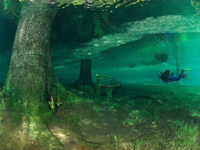 10 diem du lich tuyet nhat hanh tinh nam duoi long bien hinh anh 8 8. Hồ Green, Tragoess, Áo: Trong mùa thu và mùa đông, hồ Green của Áo chỉ là một hồ nước nhỏ tuyệt đẹp, bao quanh là các tuyến đường leo núi nổi tiếng. Nhưng vào mùa xuân, khi tuyết trên các ngọn núi xung quanh bắt đầu tan, mực nước hồ sẽ dâng lên cao. Đến tháng 6, công viên gần đó hoàn toàn chìm dưới nước, đem lại trải nghiệm lặn kỳ lạ nhất thế giới cho du khách.