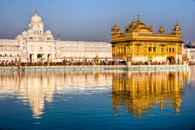 10 cong trinh ton giao dep nhat the gioi hinh anh 3 3. Chùa Vàng Punjab, Ấn Độ: Ngôi chùa vàng của đạo Sikh nằm trên một hòn đảo nhân tạo ở Punjab, Ấn Độ. Trong chùa có Phòng Gương được trang trí với biểu tượng có hình dạng giống chiếc ô. Công trình được xây dựng vào thế kỷ 16 này có mái bằng vàng đính đá quý.