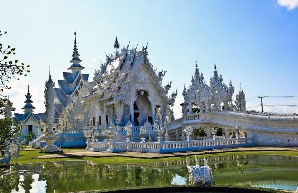 10 cong trinh ton giao dep nhat the gioi hinh anh 1 1. Wat Rong Khun, Thái Lan: Đây là một ngôi chùa thờ Phật có thiết kế kết hợp giữa kiến trúc truyền thống của Thái và nghệ thuật đương đại. Toàn bộ ngôi chùa được sơn trắng, màu trượng trưng cho sự thoát tục. Gần như mọi chi tiết trang trí đều màu trắng, điểm xuyết các chi tiết mạ vàng trong những bứ tranh mô tả quá trình thoát khỏi bóng tối của cám dỗ để tới Niết Bàn. Ngôi chùa còn được lắp nhiều tấm kính phản chiếu, tượng trưng cho trí tuệ vô hạn của Đức Phật làm cả vũ trụ bừng sáng.