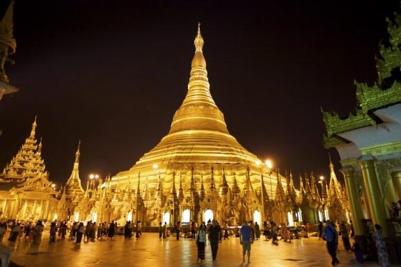 10 cong trinh ton giao dep nhat the gioi hinh anh 6 6. Chùa Shwedagon, Myanmar: Công trình này có chiều cao lên tới 98 m và các chi tiết trang trí bằng vàng có tổng trọng lượng lên tới 9 tấn. Trong chùa có các bức bích họa về những nhân vật trong truyền thuyết và các bức tượng đọc đáo. Ngôi chùa nằm ở phía Tây hồ Kandawgyi, sừng sững trên nền trời thủ đô của Myanmar.