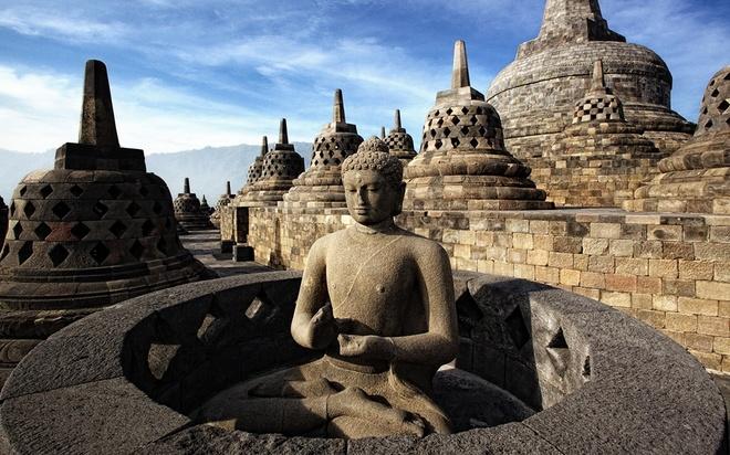 """10 cong trinh ton giao dep nhat the gioi hinh anh 8 8. Đền Borobudur, Indonesia: Ngôi đền nằm ở Trung Java này được xây dựng theo hình hoa sen có thể nổi trên một hồ nước lớn. Ngôi đền đã bị bỏ hoang 1.000 năm trước và bị bao phủ bởi tro bụi sau vụ phun trào của núi lửa Merapi. Năm 1814, đền Borobudur lại được tìm thấy và trở thành di sản thế giới do UNESCO công nhận. Trong đền có một chiếc chuông cỡ lớn được các tín đồ gọi là """"Sen Thiêng"""". Ngôi đền có 504 tượng Phật và được coi là ngôi đền Phật giáo lớn nhất, cổ nhất thế giới."""