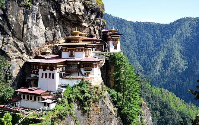 """10 cong trinh ton giao dep nhat the gioi hinh anh 7 7. Tu viện Tiger's Nest, Bhutan: Tu viện này là nơi Đại sư Liên Hoa Sinh, hay còn được gọi là """"Phật thứ hai"""", thiền định. Tu viện có kiến trúc vô cùng độc đáo và một vẻ đẹp tuyệt vời, nằm ở vách đá của dãy Himalaya trên thung lũng Paro. Tương truyền, đại sư Liên Hoa Sinh xuất hiện cưỡi trên lưng một con hổ bay. Sau đó ông về đây thiền định và khuất phục những linh hồn tà ma muốn làm ông lay tâm chuyển ý. Giờ đây, tu viện này được coi là một trong những nơi linh thiêng nhất Bhutan."""
