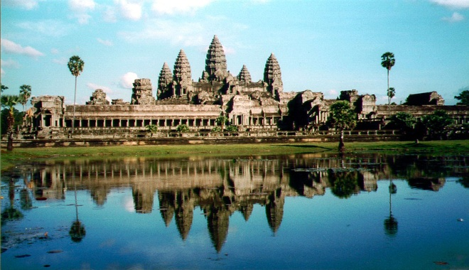 10 cong trinh ton giao dep nhat the gioi hinh anh 2 2. Angkor Wat, Campuchia: Ngôi đền này được xây dựng bởi người Khmer và được coi là một trong những kiệt tác kiến trúc trên thế giới. Ngôi đền có ba tầng, ở giữa là tòa tháp cao nhất lên tới 65m, xung quanh là 4 tòa tháp nhỏ hơn với những bức tượng và phù điêu mô tả các vị thần rải rác khắp nơi.