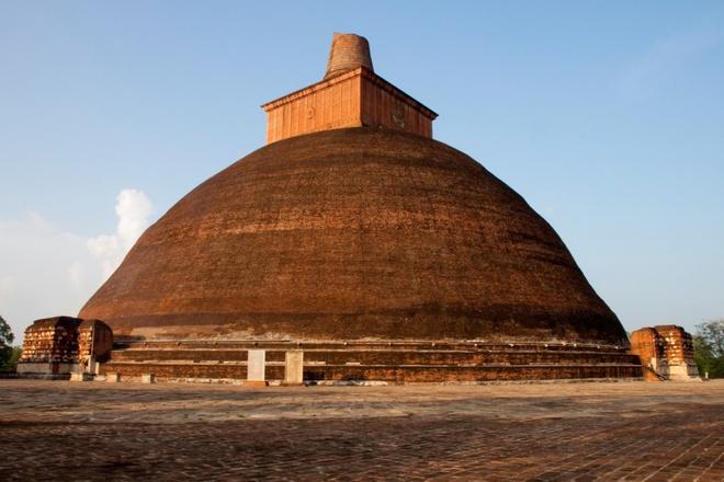 10 cong trinh ton giao dep nhat the gioi hinh anh 10 10. Tháp Jetavanaramaya, Sri Lanka: Tháp xá lị này nằm trong di tích của tu viện Jetavana ở Anuradhapura, một thành phố di sản thế giới linh thiêng. Tòa tháp là một trong những công trình cổ cao nhất. Tại đây đang lưu giữ một phần thắt lưng Đức Phật từng đeo.