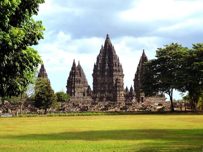 10 cong trinh ton giao dep nhat the gioi hinh anh 4 4. Prambanan, Indonesia: Công trình của đạo Hindu này được xây dựng vào thế kỷ 10 với mục tiêu thế hiện sự phổ biến của đạo Hindu ở đảo Java của Indonesia. Công trình cao 47 m, gồm 3 tòa nhà, mỗi tòa nhà thờ một trong ba vị thần: Vishnu, Brahma và Shiva. Toàn bộ cụm đền quay về phía Đông, hướng thiêng liêng của người theo đạo Hindu. Có 250 đền thờ nhỏ hơn và xa hơn bao quanh cụm đền chính. Mỗi đền được trang trí với các chi tiết hoa cỏ và một phần trong cuốn sách thiêng Ramayana.