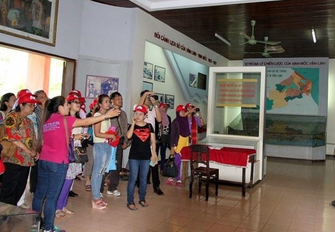 Khach Tay sung sot khi toi dia dao Viet chua duoc 600 nguoi hinh anh 6 Phòng bảo tàng trưng bày những hiện vật liên quan đến địa đạo Vịnh Mốc.